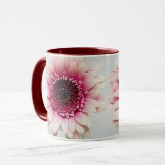 Caneca de café cor-de-rosa da flor