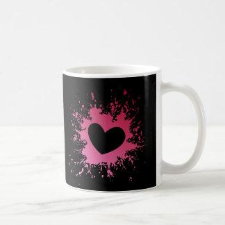 Caneca de café cor-de-rosa dos corações