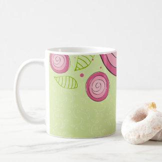 Caneca de café cor-de-rosa dos rosas