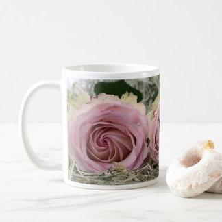 Caneca de café cor-de-rosa empoeirada bonito dos