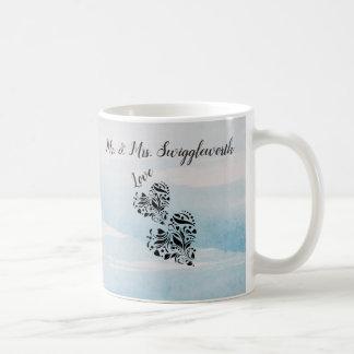 Caneca De Café Corações elegantes no fundo preto e azul