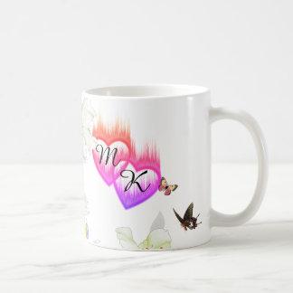 Caneca De Café Corações flamejantes do monograma dobro com flores