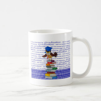 Caneca De Café Coruja que veste o boné sobre livros, formando do