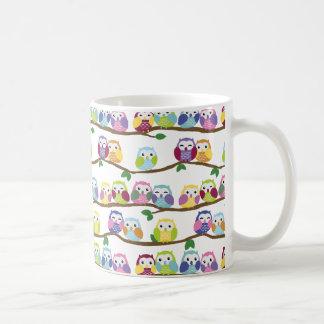 Caneca De Café Corujas coloridas em um ramo