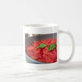 Caneca De Café Cozinhando o molho de tomate caseiro usando o