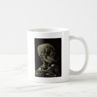 Caneca De Café Crânio de um esqueleto com cigarro ardente