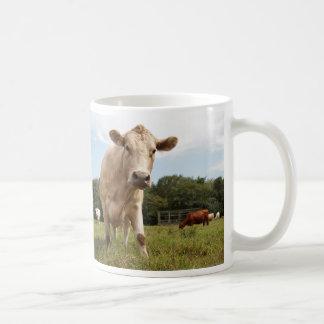 Caneca de café curiosa da vaca