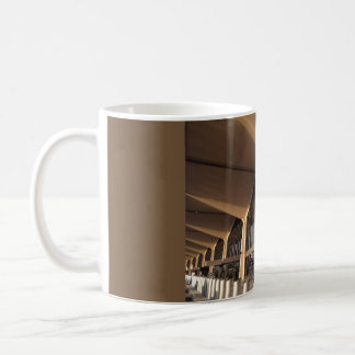 Caneca de café da arquitetura do aeroporto