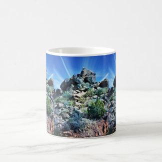 Caneca de café da arte da rocha da foto