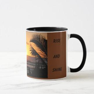 Caneca de café da elevação e do brilho
