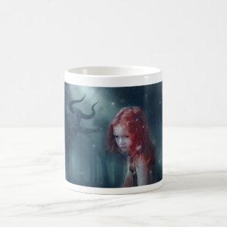 caneca de café da menina da fantasia