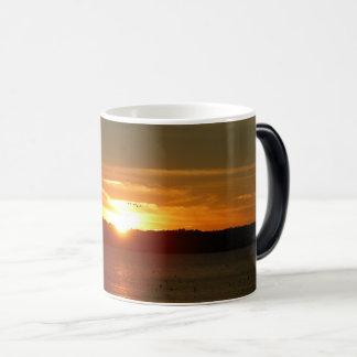 Caneca de café da migração do por do sol