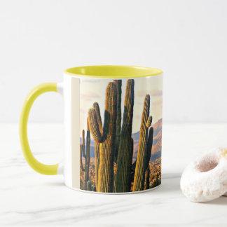 Caneca de café da paisagem da angra da caverna