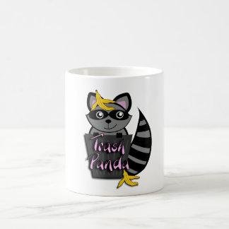 Caneca de café da panda do lixo