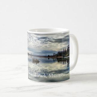 Caneca de café da reflexão do outono de Whiteshell