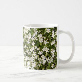 Caneca de café das flores selvagens do Stellaria