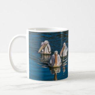 Caneca de café de três pelicanos