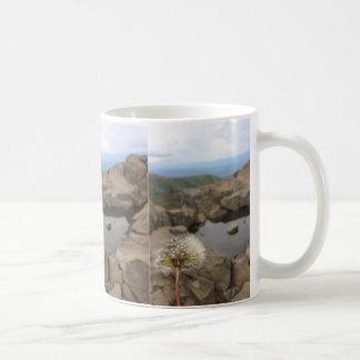 Caneca De Café Dente-de-leão sobre uma lagoa