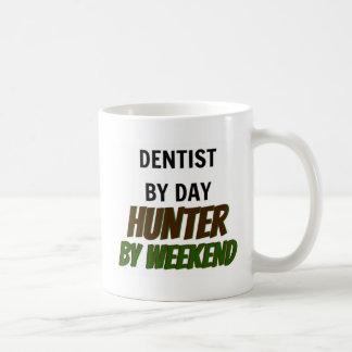 Caneca De Café Dentista pelo caçador do dia em o fim de semana