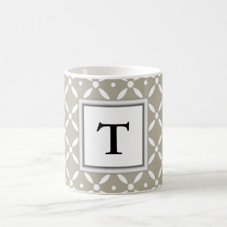 Caneca De Café design cinzento do quatrefoil com inicial do