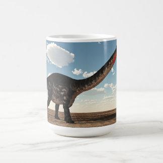Caneca De Café Dinossauro do Apatosaurus no deserto - 3D rendem