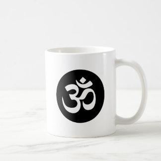 Caneca de café do círculo do símbolo do OM