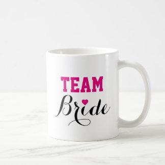 Caneca de café do coração do rosa quente da noiva