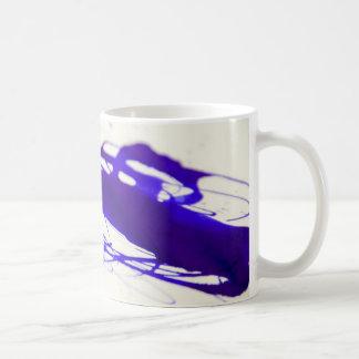 Caneca de café do derramar da tinta azul