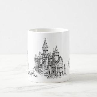 Caneca de café do divertimento do castelo da areia
