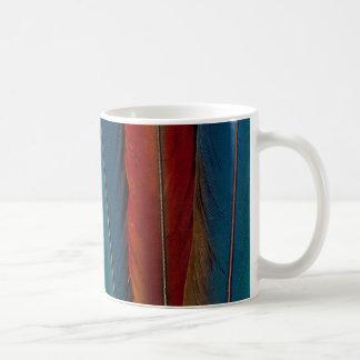 Caneca De Café Do Macaw escarlate de penas de cauda