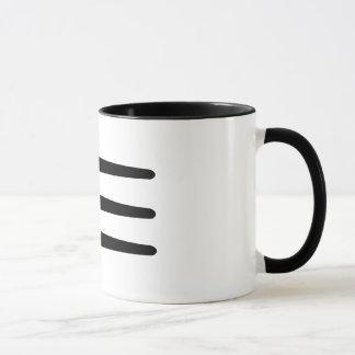 Caneca de café do Strake do lado do fogo cruzado