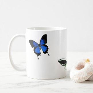 Caneca de café do teste padrão de borboleta