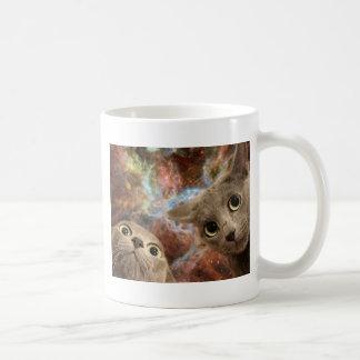 Caneca De Café Dois gatos cinzentos no espaço antes de uma