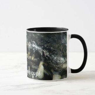 Caneca de café dos dentes do caimão