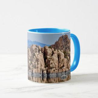 Caneca de café dos pedregulhos do lago Watson