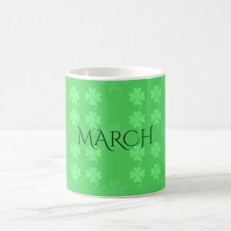 Caneca de café dos trevos da folha de março quatro