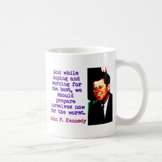 Caneca De Café E ao esperar e ao trabalhar - John Kennedy