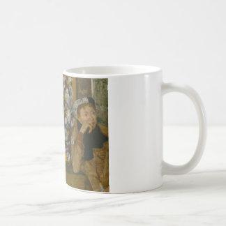 Caneca De Café Edgar Degas - uma mulher assentada ao lado de um