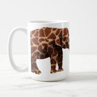 Caneca De Café Elefante que pensa seu um girafa