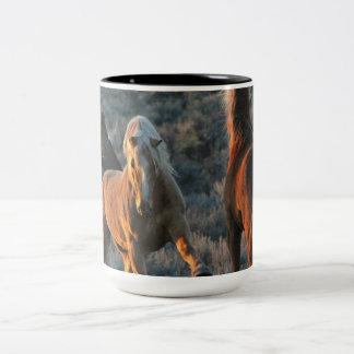 Caneca De Café Em Dois Tons 15oz da energia Puro-selvagem do mustang em uma