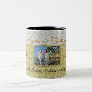 Caneca De Café Em Dois Tons 50th Foto dourada e ano do damasco do aniversário