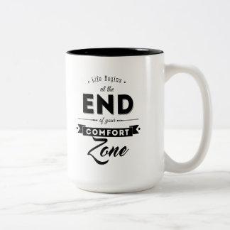Caneca De Café Em Dois Tons A vida começa no fim de sua zona de conforto