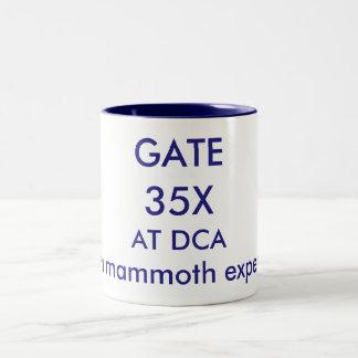 Caneca De Café Em Dois Tons Aeroporto nacional da porta 35X-Reagan