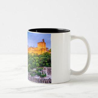 Caneca De Café Em Dois Tons Agrida o palácio de Alhambra de Granada - jogo dos