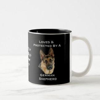 Caneca De Café Em Dois Tons Amado & protegido por um german shepherd