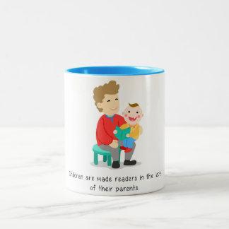 Caneca De Café Em Dois Tons As crianças são feitas a leitores