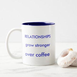 Caneca De Café Em Dois Tons As RELAÇÕES crescem mais forte sobre o café o copo