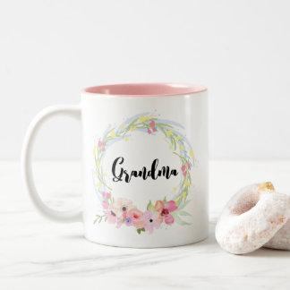Caneca De Café Em Dois Tons Avó da caligrafia e grinalda floral da aguarela