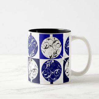 Caneca De Café Em Dois Tons Baubles azuis e brancos do Natal