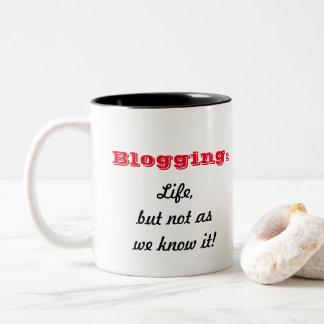 Caneca De Café Em Dois Tons Blogging:  Vida, mas não como nós o sabemos!